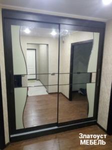 шкаф-купе со вставками стекла и зеркала